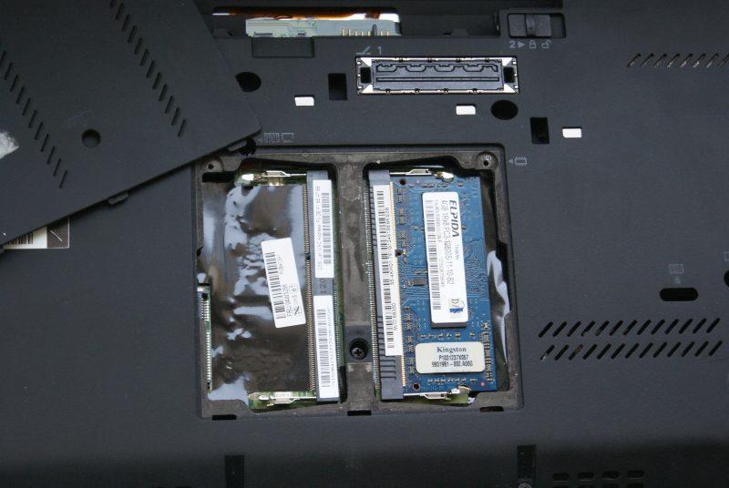 Wystarczy odkręcić dolną klapkę, aby dostać się do pamięci RAM